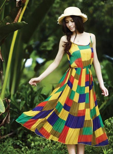 Nếu bạn muốn thật sự nổi bật, hãy chọn những kiểu váy sặc sỡ, kết hợp nhiều màu sắc khác nhau