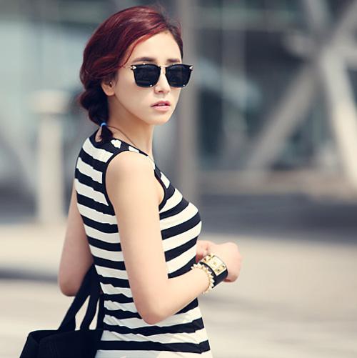Mốt váy dài với kẻ đen trắng vẫn luôn là mốt cho mọi cô gái trẻ.