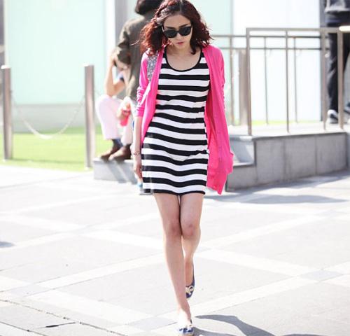 Nếu bạn là cô gái nữ tính, đừng bỏ qua mốt váy kẻ ngang kết hợp cùng áo len mỏng, một cách che chắn ánh nắng rất sành điệu.