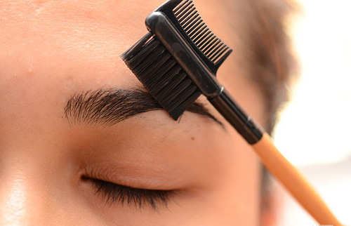 Sử dụng lược chải lông mày lông mi