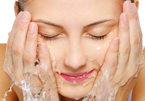 Sử dụng nước khoáng để rửa mặt