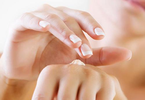 Sử dụng kem chống nắng cho bàn tay