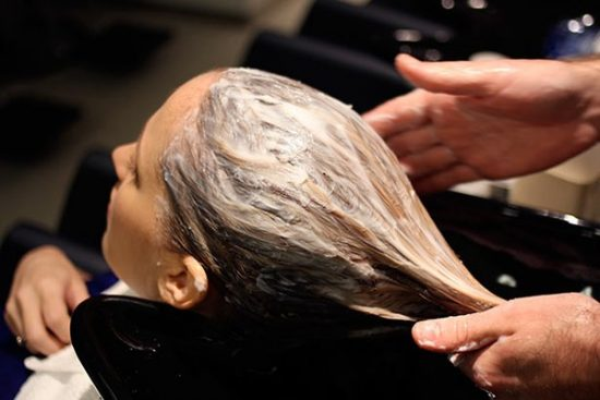 Sử dụng mặt nạ chăm sóc tóc tại nhà