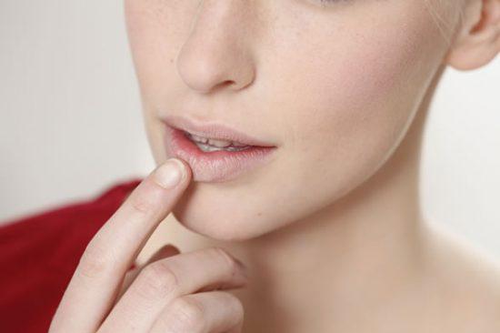Dùng phấn nền đánh phủ lên môi