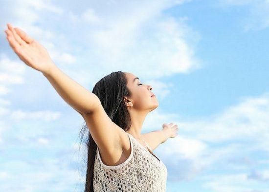 Vận động ngoài trời để da được trao đổi khí và thoáng hơn