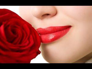 Đôi môi tươi tắn như cánh hồng