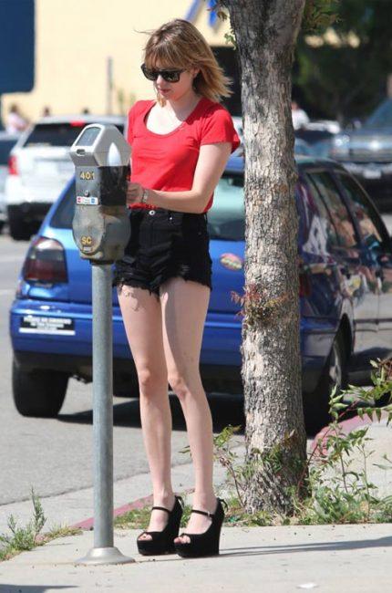 Emma Roberts với sự kết hợp ấn tượng giữa sooc rách đen và áo thun đỏ