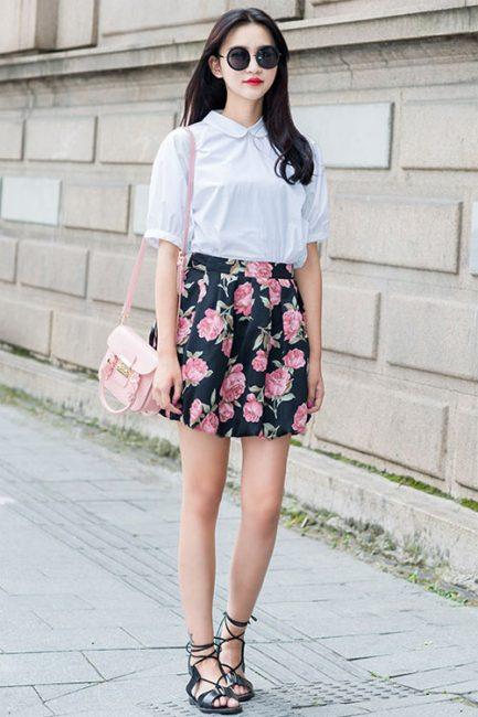 Chân váy hoa kết hợp cùng áo sơ mi