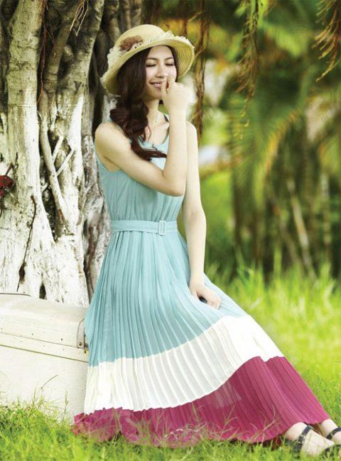 Dáng váy xếp li dài có đai ở khu vực eo giúp bạn gái khoe vòng 2 thon nhỏ, gọn gàng