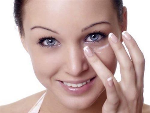 Sử dụng một chút kem chống nắng để thoa lên làn da