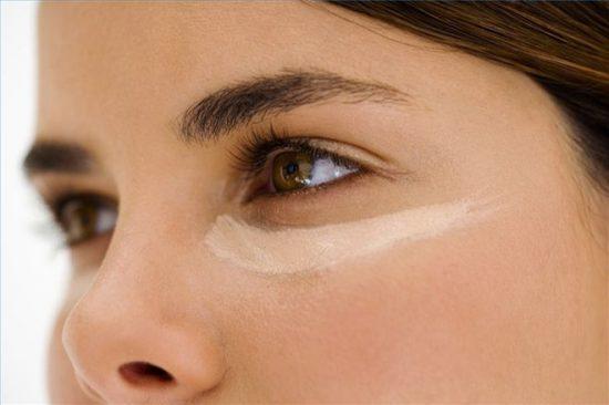 Sử dụng kem che khuyết điểm cho vùng dưới mắt
