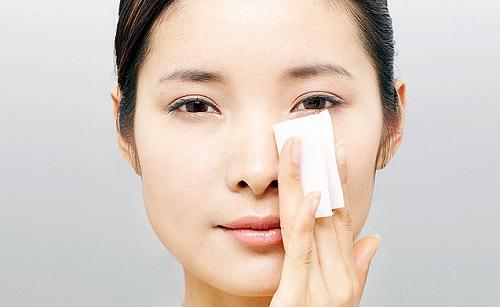 Sử dụng giấy thấm dầu mỗi khi da mặt bạn bị nhờn
