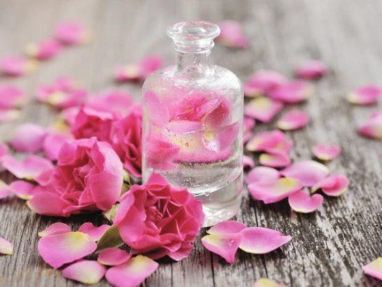 Sử dụng nước hoa hồng giúp se khít lỗ chân lông