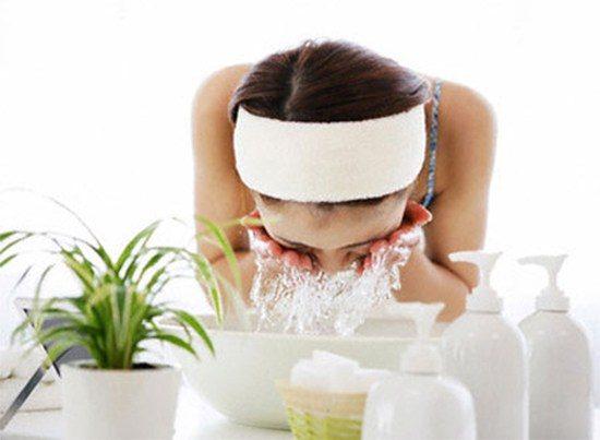 Rửa sạch mặt bằng sữa rửa mặt