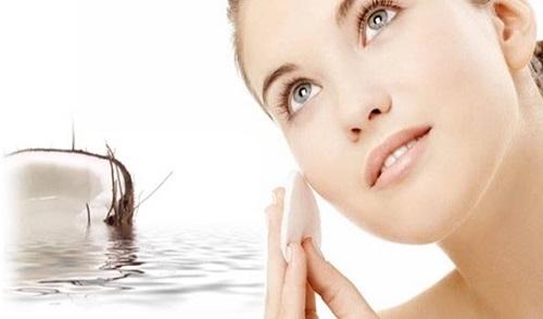 Dùng bông tẩy trang thoa đều hỗn hợp nước chanh và dầu dừa lên mặt