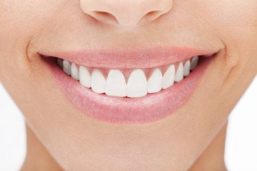Làm trắng răng tại nhà với những nguyên liệu tự nhiên