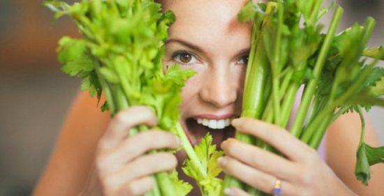 Rau cần tây làm trắng răng