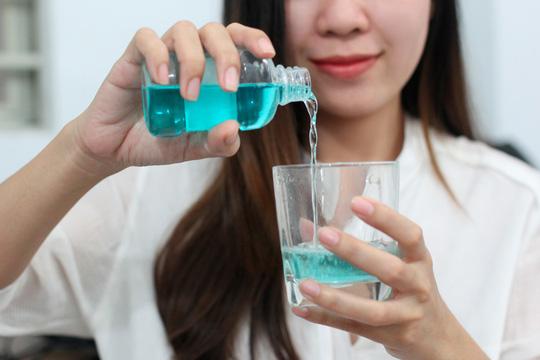 Sử dụng nước súc miệng
