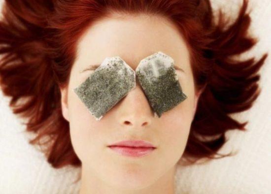 Đắp 2 túi trà lên vùng da mắt