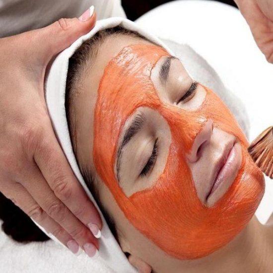 Dùng bột cà rốt cùng lòng trắng trứng gà và mật ong thoa lên da mặt
