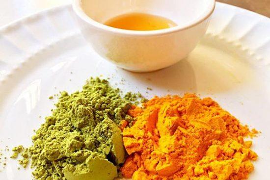 Sử dụng bột trà xanh cùng nghệ, mật ong và nước chanh